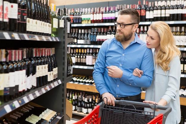 Dorośleć para zakupy przy supermarketem
