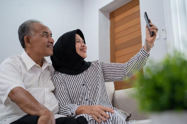 Dorośleć pary bierze selfie używać smartphone