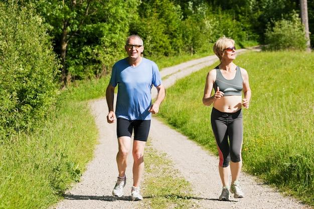 Dorośleć pary robi sportowi outdoors