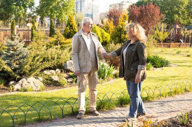 Dorośleć pary w lato parku, starsza para relaksuje w wiosny lata czasie. opieka zdrowotna stylu życia emerytury miłości starsza para wpólnie wpólnie walentynka dnia pojęcie