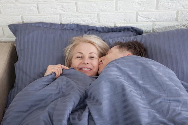 Dorośleć pary wpólnie w łóżku. selektywne ustawianie ostrości.