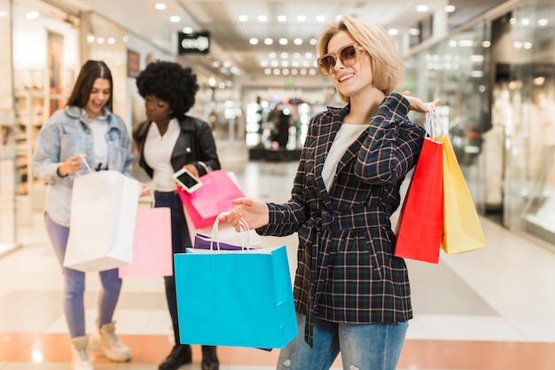 Dorosłej kobiety szczęśliwych zakupów
