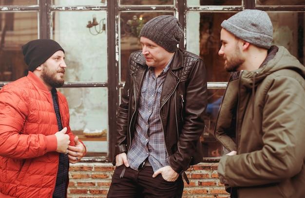 Dorośli mężczyźni rozmawiają siedzą razem przyjaciele