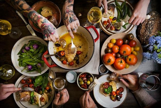 Dorośli na przyjęciu obiadowym pomysł na jedzenie fotografia przepis