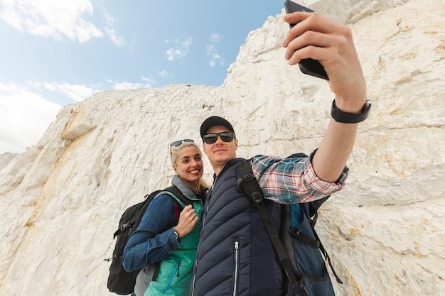 Dorośli podróżnicy robią selfie