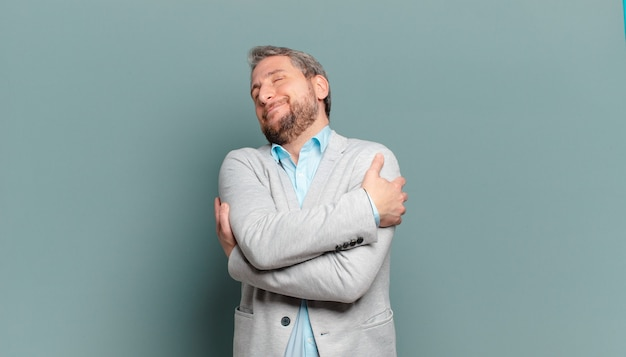 Dorosły biznesmen zakochany, uśmiechnięty, przytulający się i przytulający, samotny, samolubny i egocentryczny