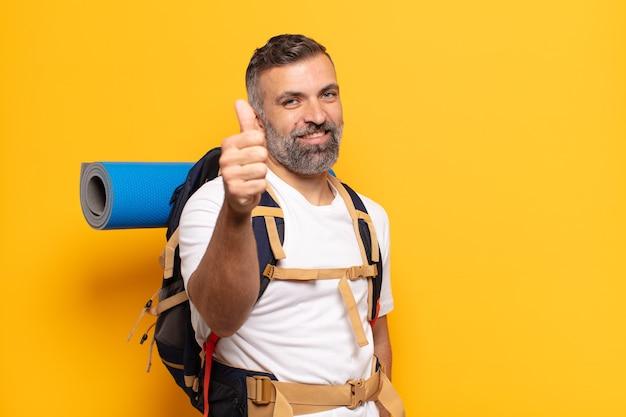 Dorosły człowiek czuje się dumny, beztroski, pewny siebie i szczęśliwy, uśmiecha się pozytywnie z kciukami do góry