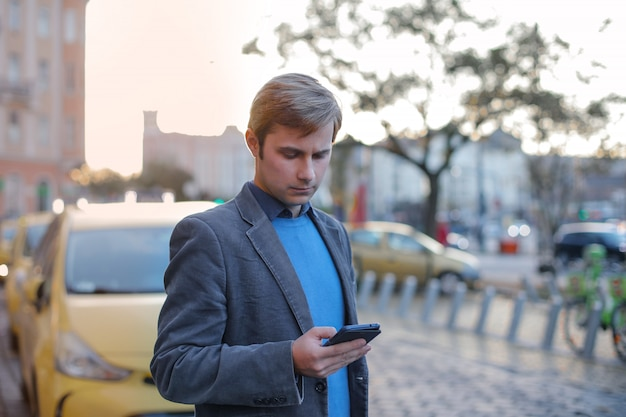 Dorosły człowiek sms-y