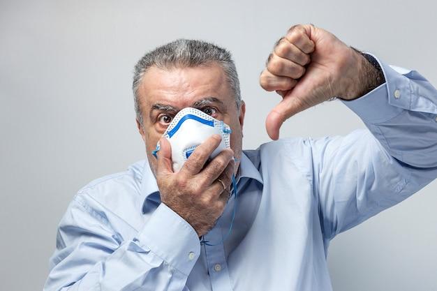 Dorosły człowiek z maską ochronną na koronawirusa