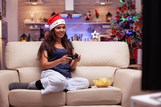 Dorosły gracz grający w gry wideo online za pomocą joysticka do gier