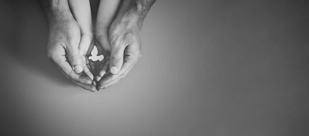Dorosły i dziecko trzymając się za ręce biały gołąb ptak na różowym tle, międzynarodowy dzień pokoju lub koncepcja dzień pokoju na świecie, zrównoważona konsumpcja, koncepcja odpowiedzialnego biznesu csr