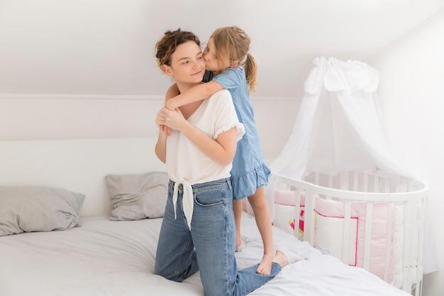 Dorosły macierzysty bawić się z córką w domu