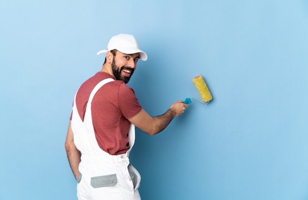 Dorosły malarz mężczyzna na białym tle niebieskie tło