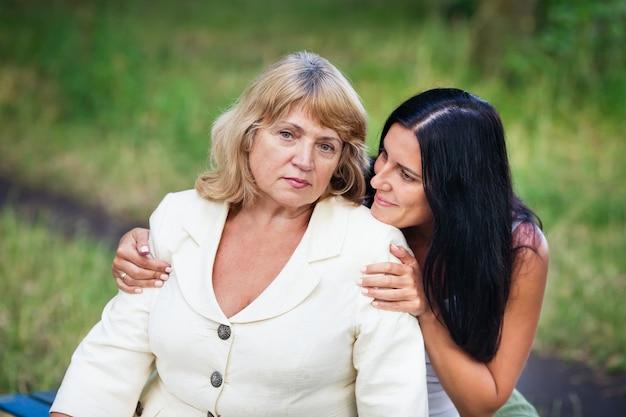 Dorosły matka i córka ściska outdoors
