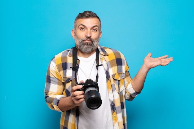 Dorosły mężczyzna czuje się zdziwiony i zdezorientowany, wątpi, rozważa lub wybiera różne opcje z zabawnym wyrazem twarzy