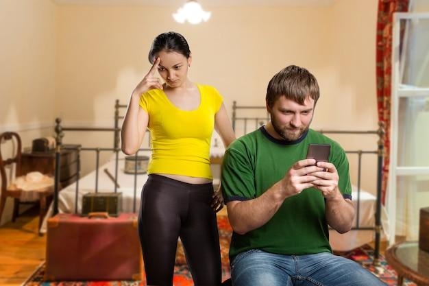 Dorosły mężczyzna gra z telefonem