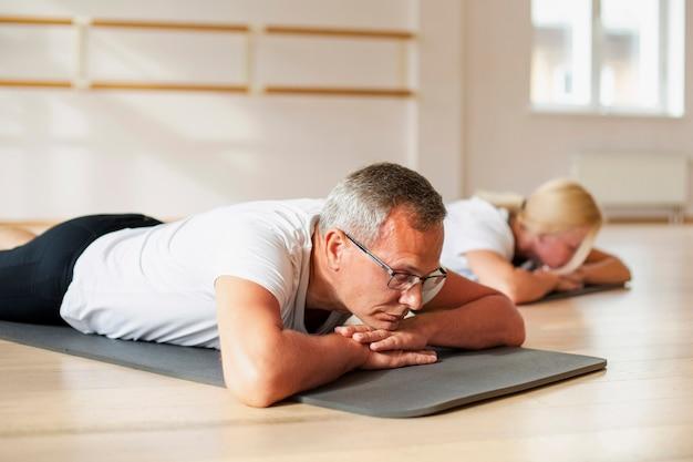 Dorosły mężczyzna i kobieta ćwiczy razem