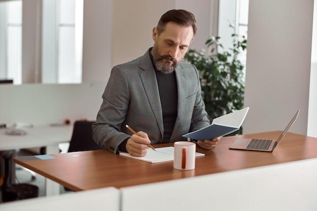 Dorosły mężczyzna pracuje w nowoczesnym biurze