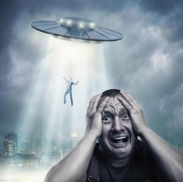 Dorosły mężczyzna przestraszony ufo