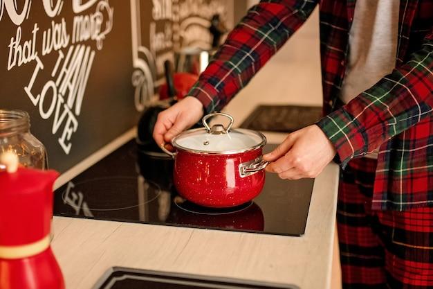 Dorosły mężczyzna przygotowuje obiad w świątecznej kuchni