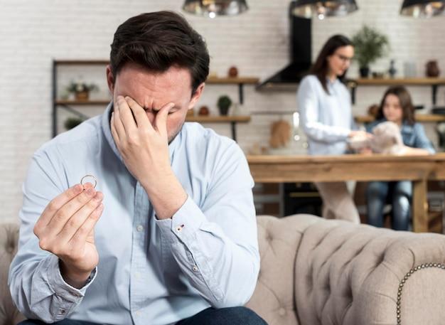 Dorosły mężczyzna smutny za zerwanie z żoną
