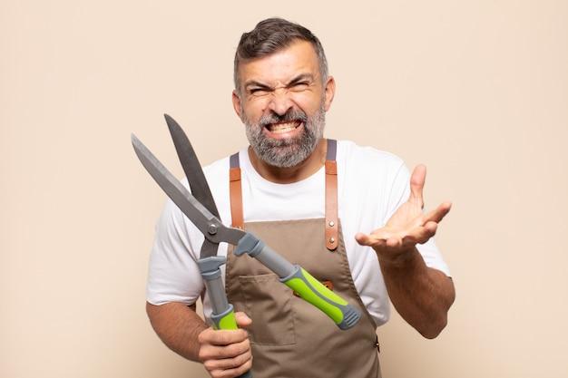 Dorosły mężczyzna wyglądający na wściekłego, zirytowanego i sfrustrowanego, krzyczy wtf lub co się z tobą dzieje