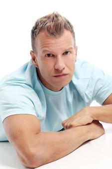 Dorosły mężczyzna z koszula pozuje w studiu