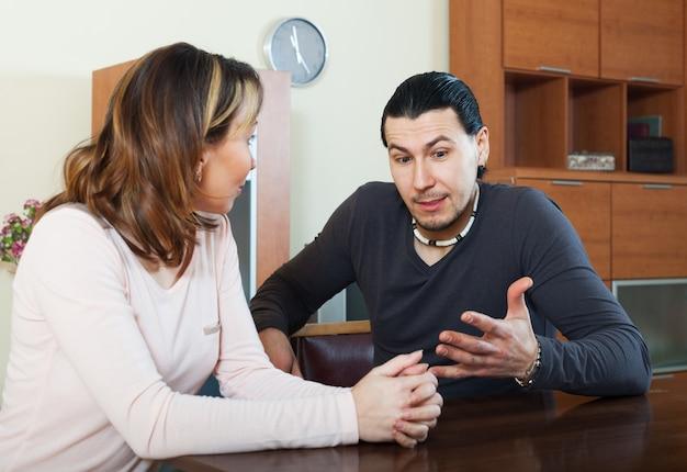 Dorosły mężczyzna z żoną rozmawiać