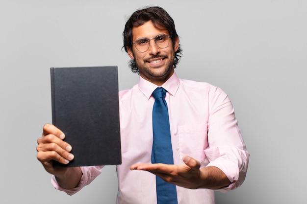 Dorosły przystojny biznesmen indyjski trzyma książkę