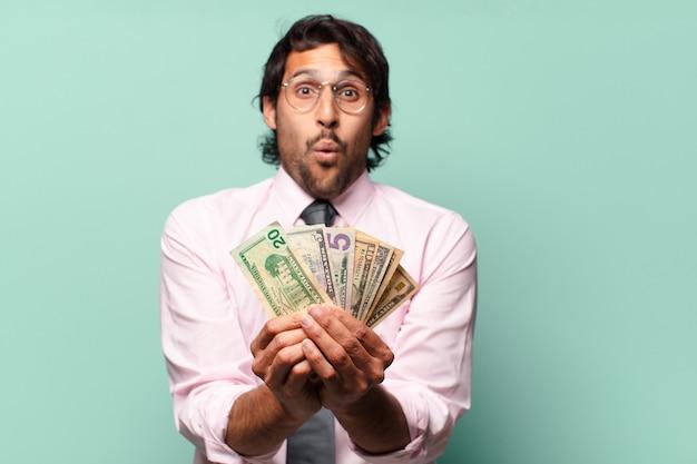 Dorosły przystojny biznesmen indyjski z banknotów dolarowych
