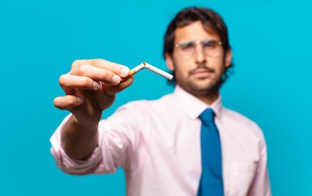 Dorosły przystojny biznesmen. rzucić palenie