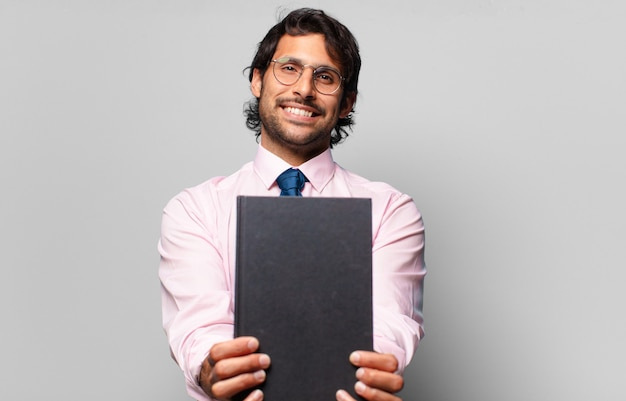 Dorosły przystojny indyjski biznesmen trzyma książkę
