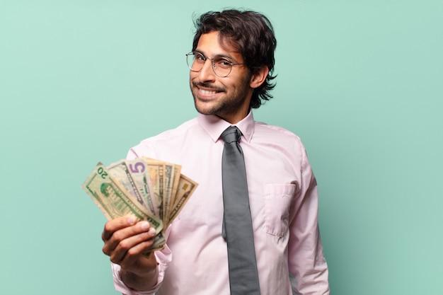 Dorosły przystojny indyjski biznesmen z banknotami dolarowymi