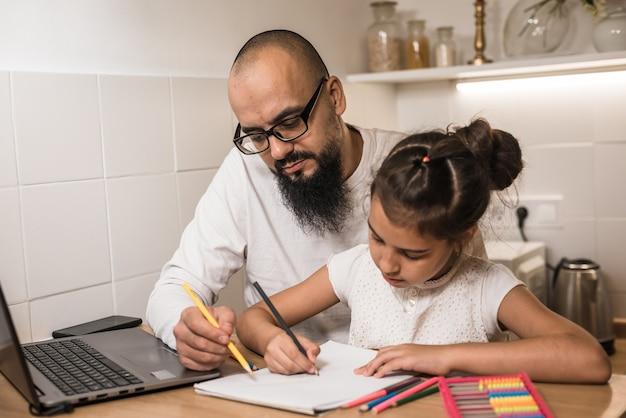 Dorosły rodzic lub nauczyciel wyjaśniający naukę na odległość w domu. koncepcja edukacji prywatnej.
