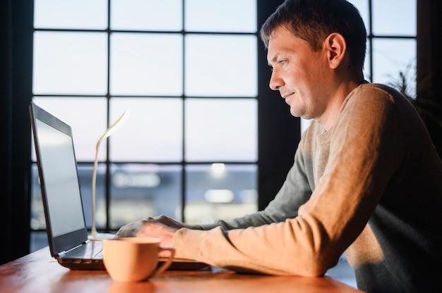 Dorosły samiec robi zdalnej pracy z domu