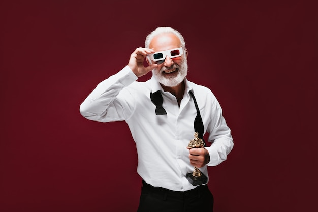 Dorosły wesoły mężczyzna w klasycznym garniturze nosi okulary 3d