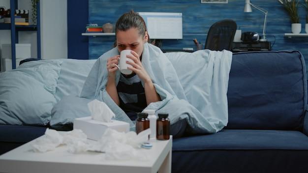 Dorosły z grypą sezonową kłaniający się katarem z chusteczką
