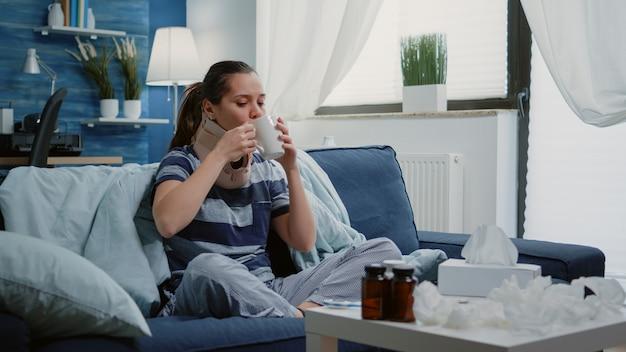 Dorosły z przeziębieniem i grypą noszący obrożę szyjną