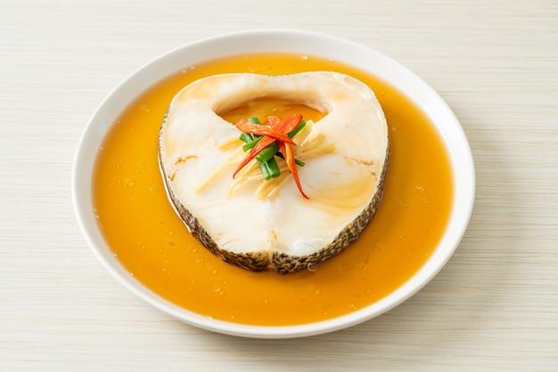 Dorsz na parze z sosem sojowym lub śnieżka na parze lub chilijski okoń z sosem sojowym