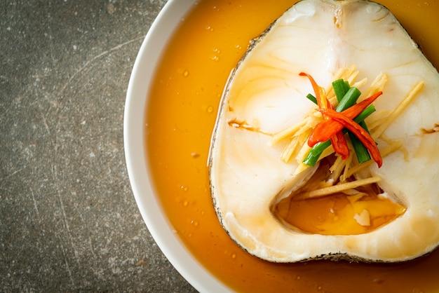 Dorsz na parze z sosem sojowym lub śnieżna ryba na parze