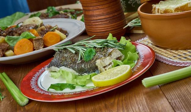 Dorsz na prowansalsku. tradycyjne różnorodne dania francuskie widok z góry. jedzenie europejskie?