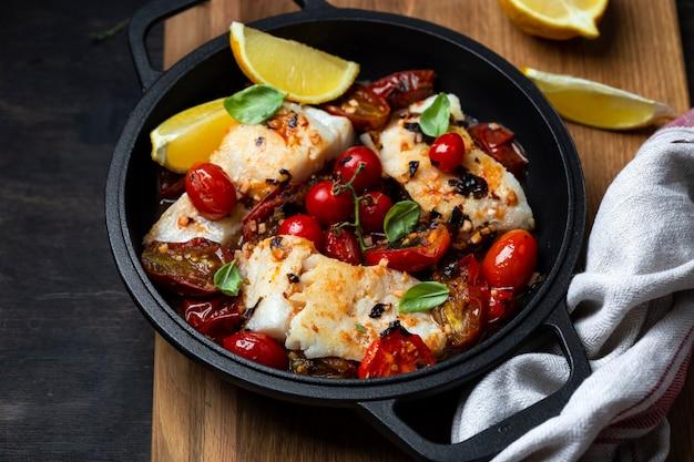 Dorsz z sosem pomidorowym na żelaznej patelni
