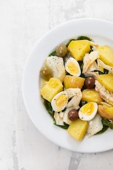 Dorsz z warzywami i jajkiem na talerzu