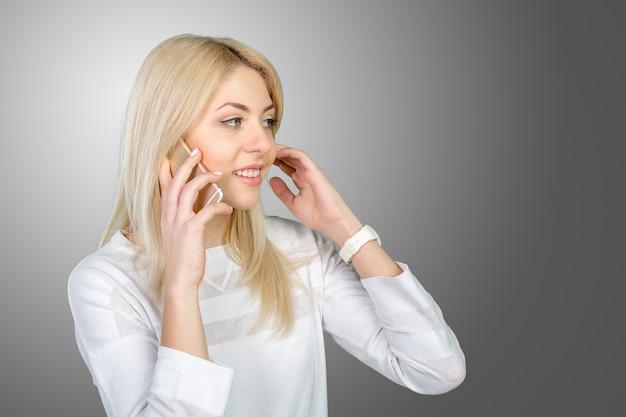 Dorywcza młoda kobieta korzystająca z telefonu komórkowego
