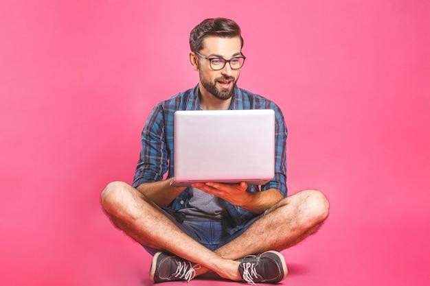 Dorywczo biznes człowiek zrelaksowany pracy i przeglądania internetu na komputerze przenośnym. freelance siedzi i pisze na klawiaturze laptopa w biurze domowym