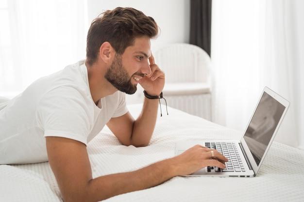 Dorywczo dorosły człowiek korzystających z pracy w domu