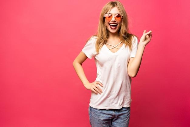 Dorywczo dziewczyna zabawy - koncepcja ludzi, stylu i mody.