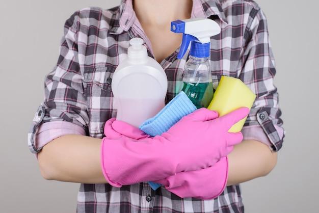Dorywczo kraciaste koszula mydło talerz naczynia miska danie płyn osoba ludzie koncepcja. zbliżenie zdjęcie profesjonalnego środka czyszczącego niosącego chemikalia w rękach na białym tle na szarym tle copy-space