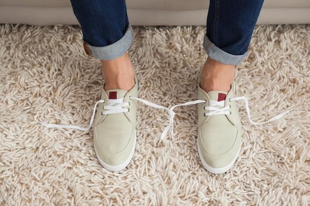 Dorywczo mans shoelaces związane razem