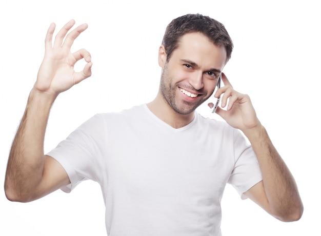 Dorywczo młody człowiek pokazuje kciuki znak